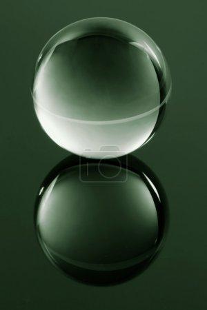 Photo pour Sphère transparente en verre sur verre - image libre de droit