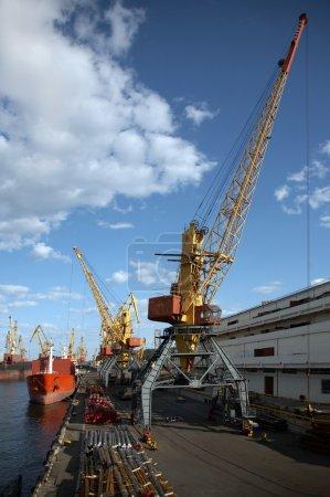 Photo pour Vue sur le port avec chargement cargo - image libre de droit