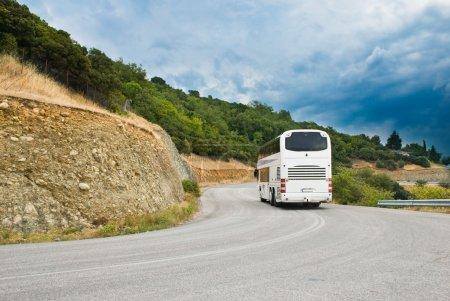 Photo pour Le bus touristique moderne sur la route de montagne - image libre de droit