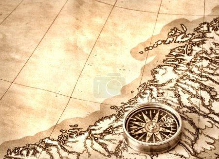 Photo pour Boussole sur l'ancienne carte - image libre de droit