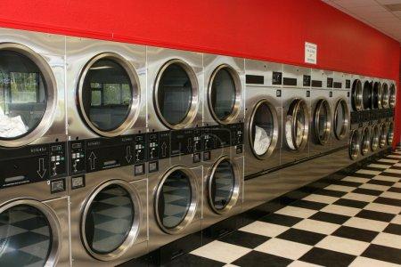 Photo pour Une ligne de séchoirs à recouvrir la paroi d'une laverie automatique - image libre de droit