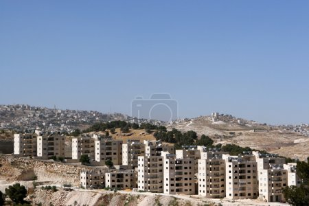 Photo pour Appartements nouvellement construits le long d'une colline en Cisjordanie d'Israël . - image libre de droit