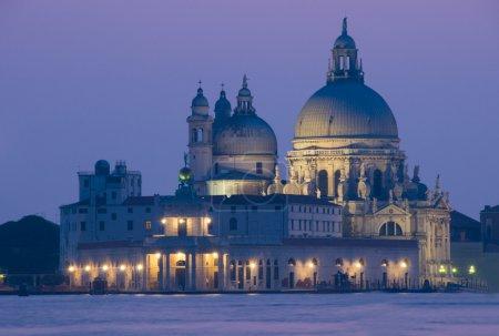 Photo pour Coucher de soleil à Venise avec vue nocturne sur la basilique della Salute - image libre de droit