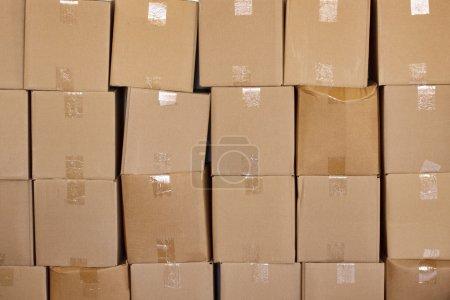 Photo pour Boîtes empilées isolées sur un fond blanc - image libre de droit