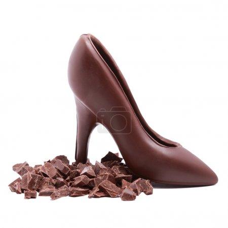 Photo pour Chaussure chocolat et chocolat tranches isolés sur fond blanc - image libre de droit