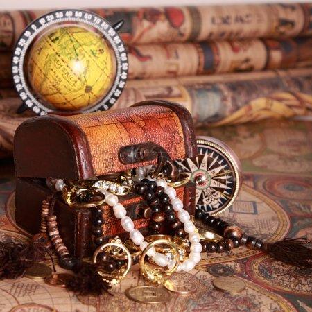 Photo pour Malle avec bijoux, Compas, globe sur carte antique - image libre de droit