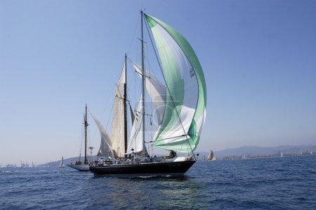 Photo pour Voilier classique en ligne avec équipage sur regata - image libre de droit