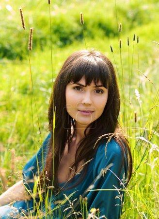 Foto de Chica joven y bella en un prado - Imagen libre de derechos