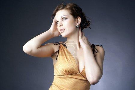 Photo pour Jeune femme séduisante en pose onéreuse - image libre de droit