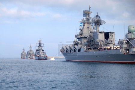 Photo pour Les navires de guerre russes sont dans la baie de Sébastopol, Ukraine, Crimée - image libre de droit