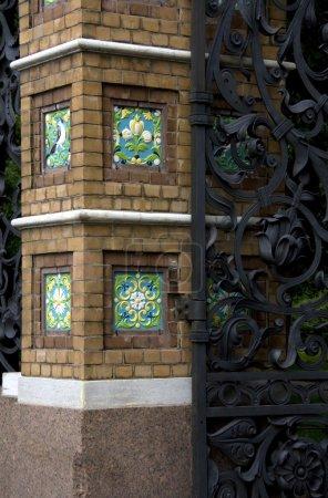 Photo pour Partie du mur de porte et brique corroyé - image libre de droit