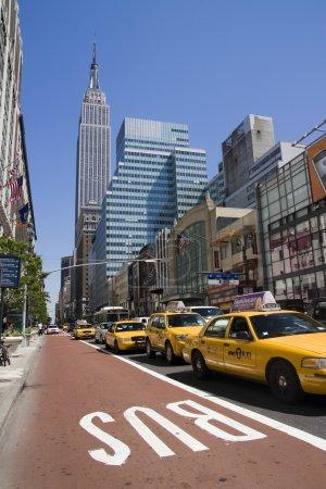 Photo pour De nombreux taxis jaunes à manhattan rue à new york - image libre de droit