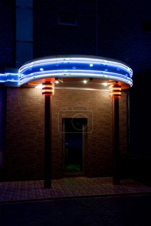 Photo pour Porte dans le bar de nuit. Éclairage au néon . - image libre de droit