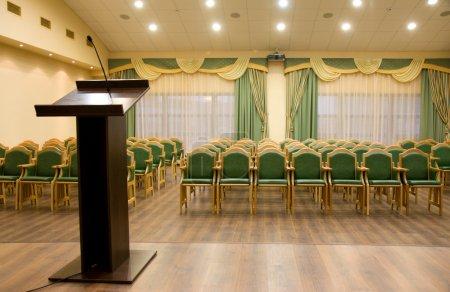 Photo pour Salle de l'auditorium moderne pour présentation avec tribune - image libre de droit