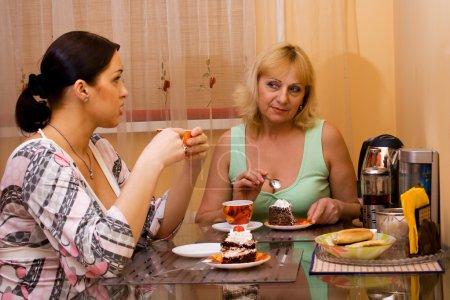 Foto de Madre e hija bebiendo té. punto de enfoque en una mujer adulta. - Imagen libre de derechos