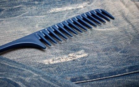 Photo pour Peigne bleu sur le jean gros plan - image libre de droit