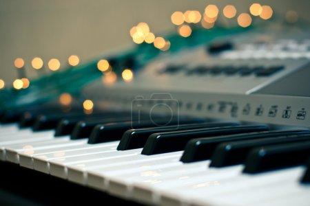 Photo pour Étincelles de lumière autour du clavier du synthétiseur - image libre de droit