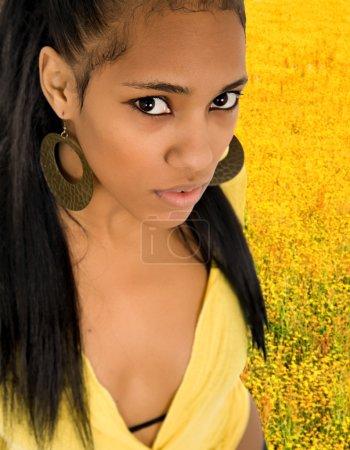Photo pour Portrait agrandi belle jeune femme parmi les fleurs jaunes - image libre de droit