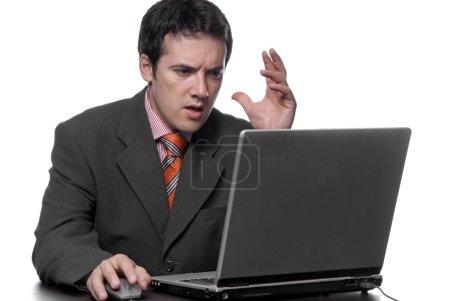 Photo pour Ennuyé de jeune homme et est de travailler avec ordinateur portable - image libre de droit