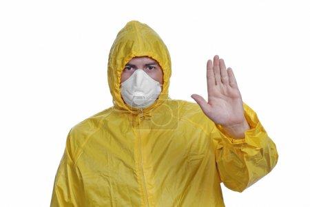 Photo pour Jeune homme en jaune avec un masque, le blanc - image libre de droit