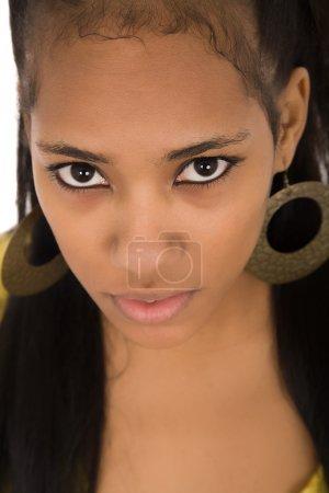 Photo pour Jeune belle femme gros plan portrait, isolé sur blanc - image libre de droit