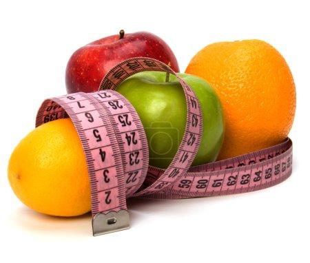 Cinta métrica envuelta alrededor de frutas