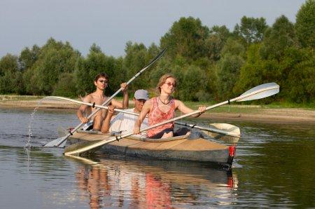 Photo pour Peuples qui voyagent sur le canot sur la rivière - image libre de droit