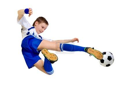 Foto de Niño un futbolista golpeando una pelota en un salto sobre un fondo blanco - Imagen libre de derechos