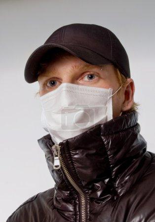 Photo pour Jeune homme dans un masque médical grippe - image libre de droit