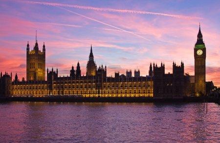 Foto de Torre del reloj famoso big ben y el edificio del Parlamento en Londres, Reino Unido - Imagen libre de derechos