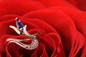 bague en une rose rouge