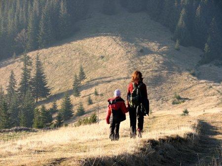 Photo pour Voyage automnal. Mère et fille en pleine campagne . - image libre de droit