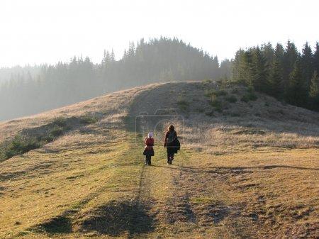 Photo pour Famille à pied à l'automne. Partez en randonnée dans les Prairies montagneuses. - image libre de droit