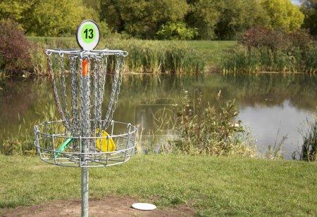 Foto de Un objetivo de frisbee golf con discos en la cesta. - Imagen libre de derechos