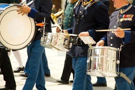 Photo pour Mains de musiciens des orchestres militaires vêtus d'un ancien uniforme - image libre de droit