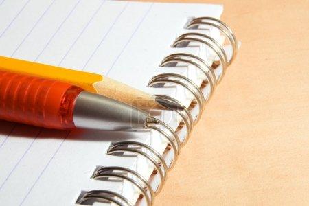 Photo pour Carnet de notes, stylo, crayon sur un bureau - image libre de droit