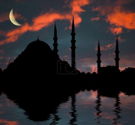 Photo pour Mosquée islamique au coucher du soleil dans l'eau ondule - image libre de droit
