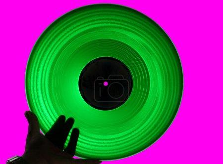 Photo pour Acétate vert lp isolé sur fond rose - image libre de droit