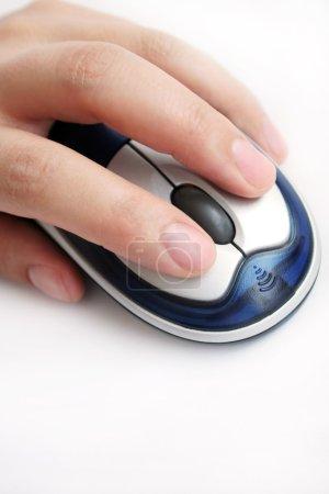 Photo pour Main utilisant une souris sur un fond blanc - image libre de droit