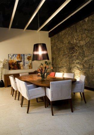 scène de nuit d'une salle à manger