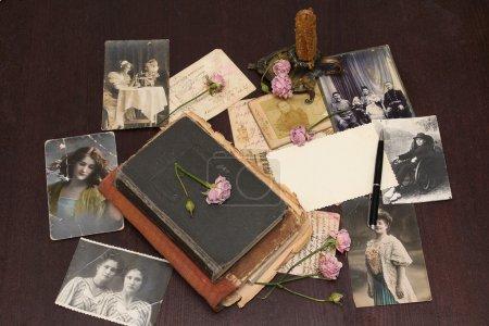 Foto de Fondo vintage con libros antiguos, postales, fotografías y flores - Imagen libre de derechos