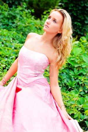 Photo pour Le portrait d'une jeune femme dans un robes roses - image libre de droit