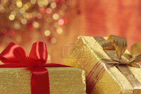 Photo pour Cadeaux dorés sur fond flou - image libre de droit