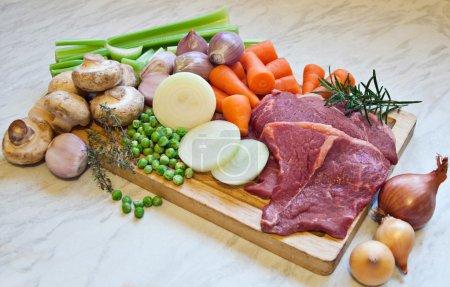 Photo pour Les ingrédients pour faire du ragoût de bœuf ou du steak braisé . - image libre de droit