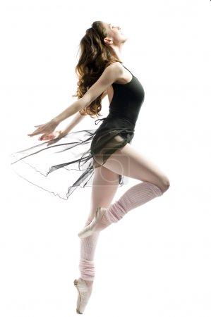 Photo pour Une jeune ballerine merveilleuse danse gracieusement - image libre de droit