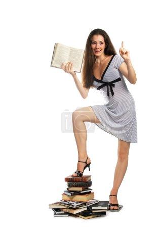 une fille avec un livre