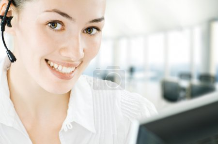 Foto de Una mujer de negocios de belleza con auriculares - Imagen libre de derechos