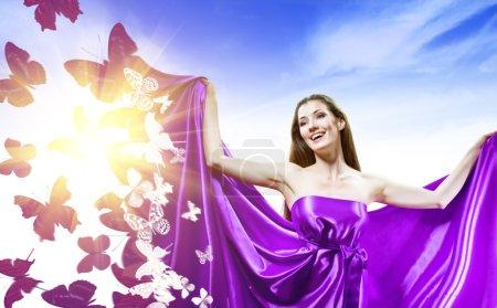 Photo pour Belle jeune femme en robe longue violet - image libre de droit