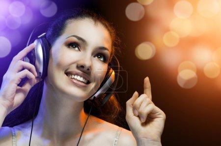 Photo pour Jolie fille qui chante à la fête de réjouissances - image libre de droit