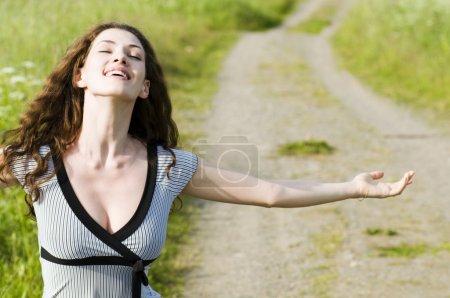 Photo pour Rayons d'un soleil d'été bénéficiant de belle fille - image libre de droit